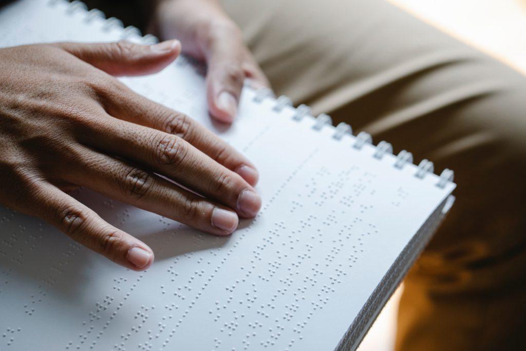 main lisant du braille